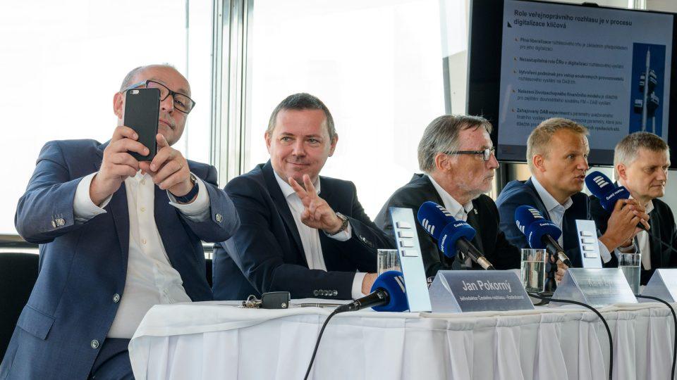 Zástupci Českého rozhlasu a Českých Radiokomunikací společně zahájili experimentální digitální vysílání DAB Praha