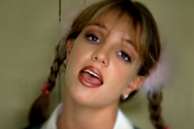 Britney Spears ve videoklipu k písni ...Baby One More Time