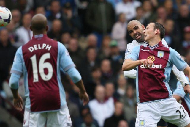 Český útočník Libor Kozák z Aston Villy (vpravo) v souboji se záložníkem Tottenhamu Sandrem během utkání fotbalové Premier League (Ilustrační foto)