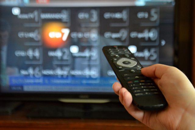 Televize, dálkový ovladač, ovládání, vysílání, přepínání programů, kanálů (ilustrační foto)