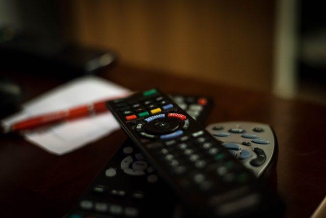 Dálkové ovládání, televize, tlačítka (ilustrační foto)
