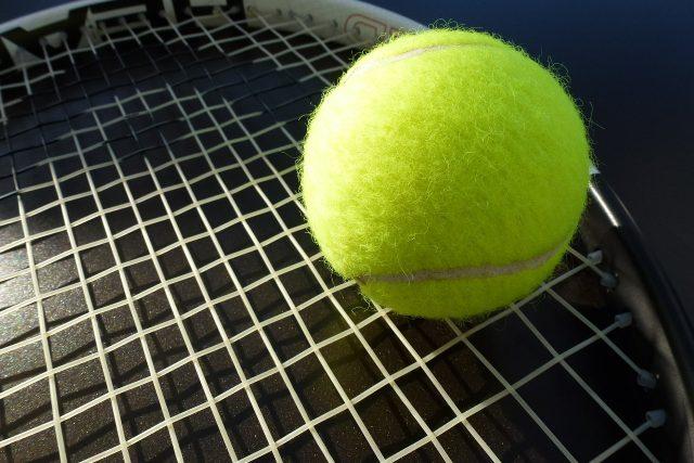 Tenisová raket, míček