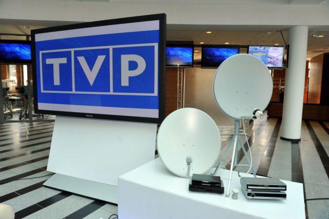 Logo Telewizje Polska se satelitními parabolami