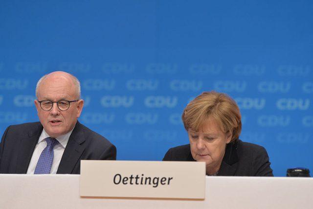 Ke kritikům Angely Merkelové se nyní připojil i šéf křesťansko unionistické parlamentní frakce Volker Kauder