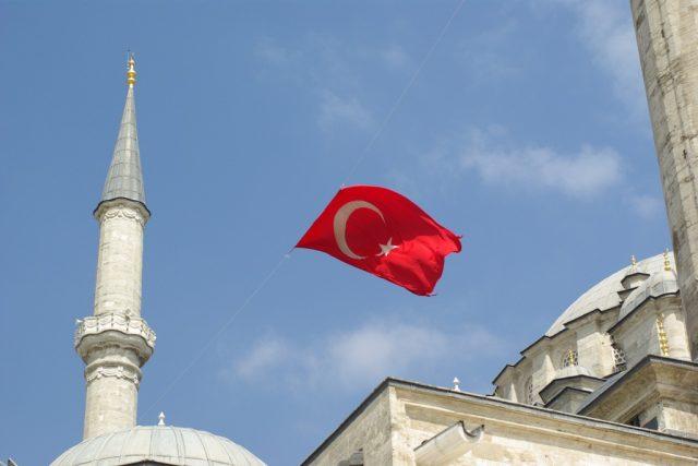 Turecká vlajka nad Fatihovou mešitou, kde se konal pohřeb obětí puče