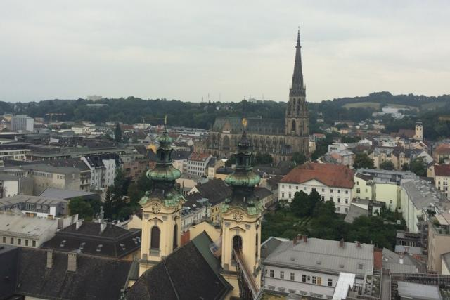 Výhled na rakouský Linec z prohlídkové trasy po střechách města