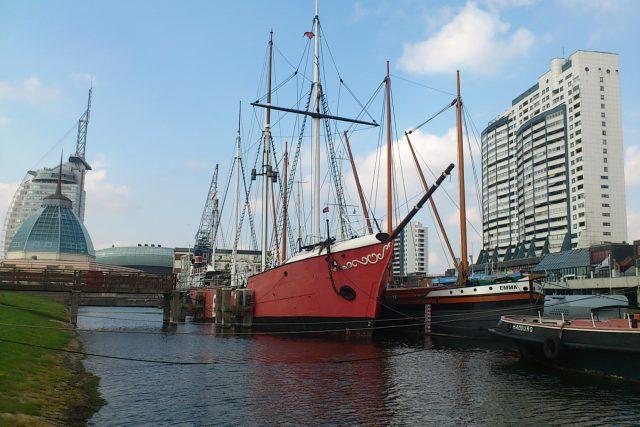 Bremerhavenu dominuje zejména jeho přístav