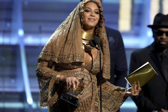 """Beyoncé si jednu ze dvou sošek odnesla v kategorii Best Urban Contemporary Album, kam porota Grammy každoročně """"uklízí"""" afroamerické hudebníky a hudebnice"""