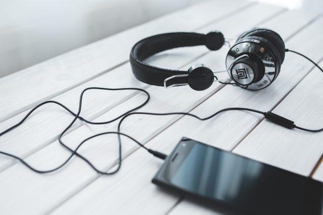 mobil - podcast - poslech hudby - poslouchat hudbu
