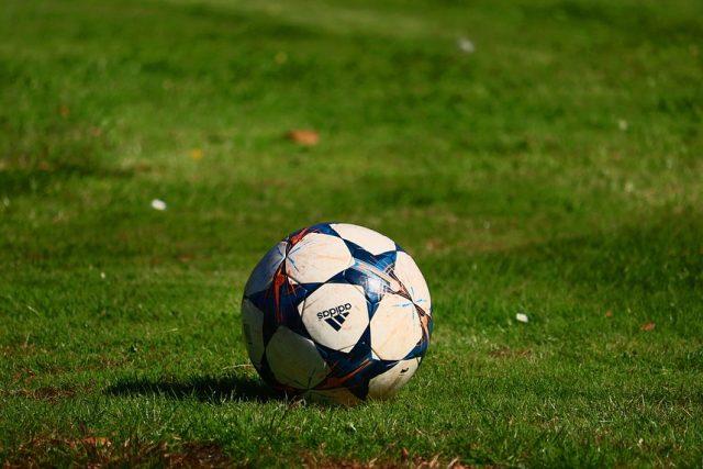 fotbal - fotbalové hřiště - fotbalový míč