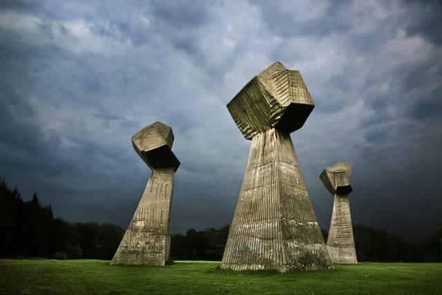 Pomník Tři pěsti v Památečním parku Bubanj, Niš, Srbsko.