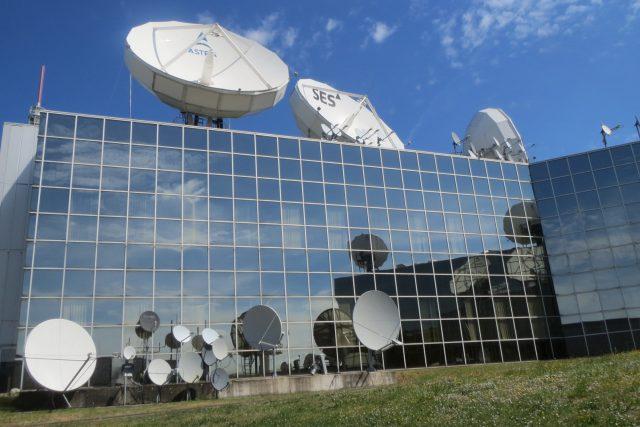 Moderní budovy operačního střediska největšího soukromého provozovatele satelitů v Evropě v areálu zámku Betzdorf