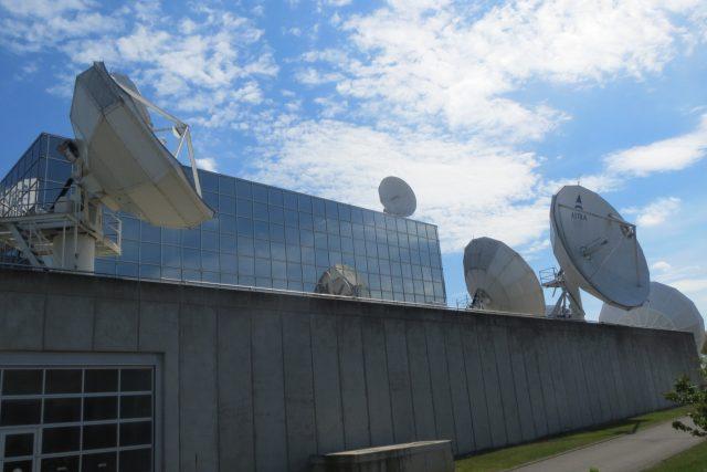 Každá ze satelitních antén společnosti SES řídí jednu družici na oběžné dráze Země
