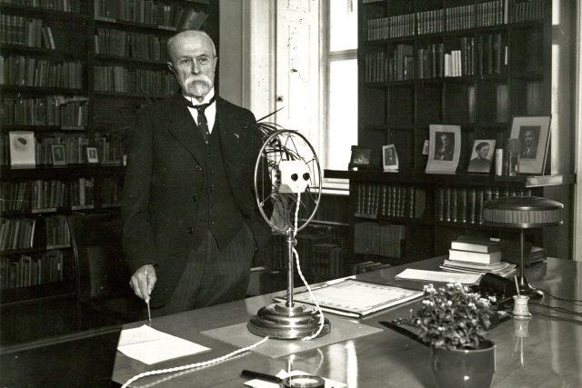 Prezident T. G. Masaryk pózuje fotografovi ve své pracovně na Pražském hradě při rozhlasovém projevu ke školákům (18. března 1932)