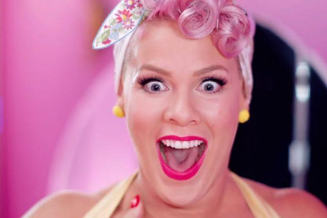 Z videoklipu populární mainstreamové zpěvačky P!nk