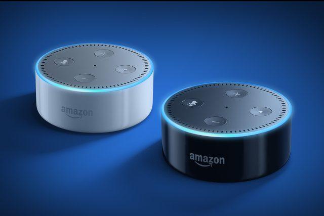 Chytré reproduktory Amazon Echo Dot v bílé a černé barvě