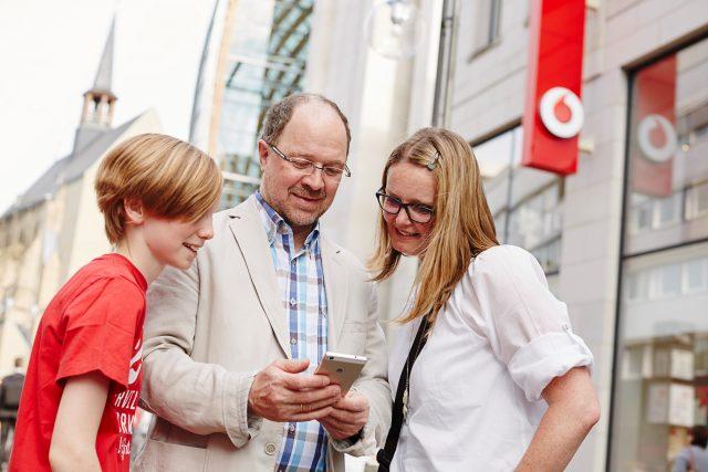 Prodejna společnosti Vodafone a její zákazníci