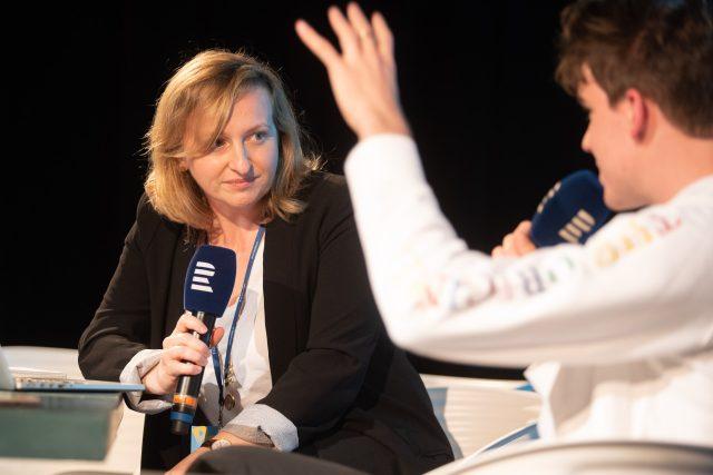 Lenka Kabrhelová během natáčení podcastu Vinohradská 12 před publikem