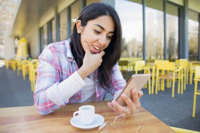 Žena s mobilem, kavárna, mobilní telefon, smartphone, čtení zpráv, ilustrační foto