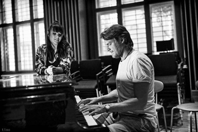 Ewa Farna a Vojtěch Dyk ve studiu Českého rozhlasu Brno při natáčení alba Folk Swings
