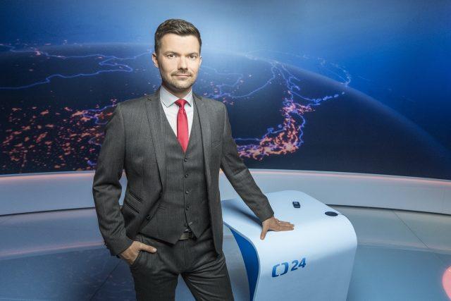 Moderátor Tomáš Drahoňovský ve studiu zpravodajské televize ČT24