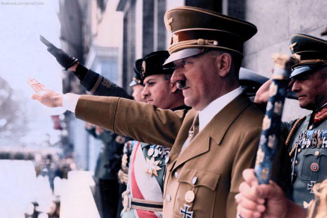 Adolf Hitler ve společnosti Mussoliniho zetě, hraběte Galeazza Ciana, a Joachima von Ribbentropa, člena NSDAP (kolem roku 1930)