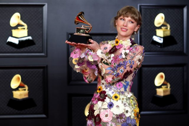 Taylor Swiftová na udílení cen Grammy 2021