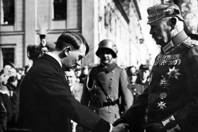 Říšský kancléř Adolf Hitler a prezident Paul von Hindenburg (1933)