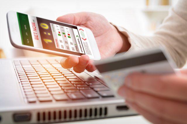 Online sázení na sport, sportovní sázky, mobil, počítač, notebook, klávesnice