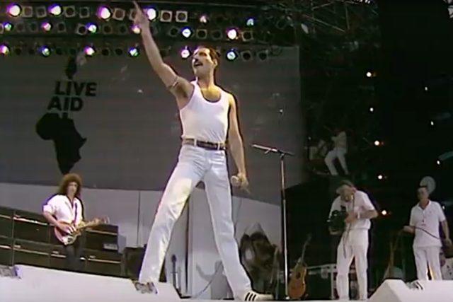 Kapela Queen na koncertu Live Aid v roce 1985 v čele se zpěvákem Freddiem Mercurym.   foto: Profimedia