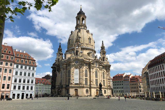 Kostel Frauenkirche v Drážďanech bývá obklopen turisty. Nyní náměstí před ním zeje prázdnotou
