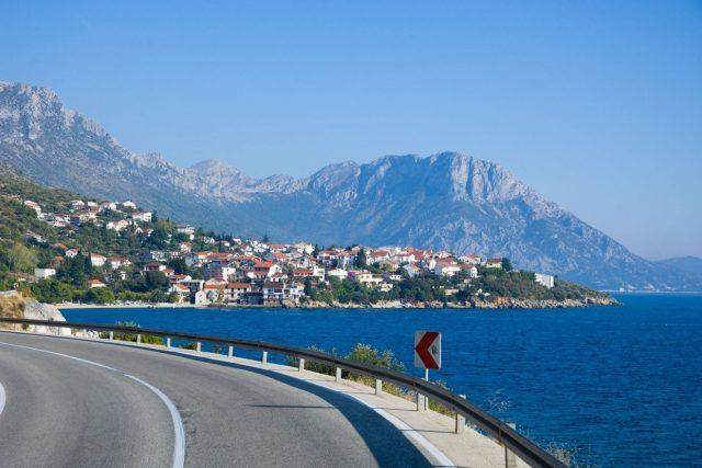 Silnice do Splitu. Po dálnici můžete jet maximálně 130 kilometrů v hodině a chorvatský autoklub doporučuje nesnažit se dojíždět z Česka k moři až nadoraz a v případě známek únavy si odpočinout.