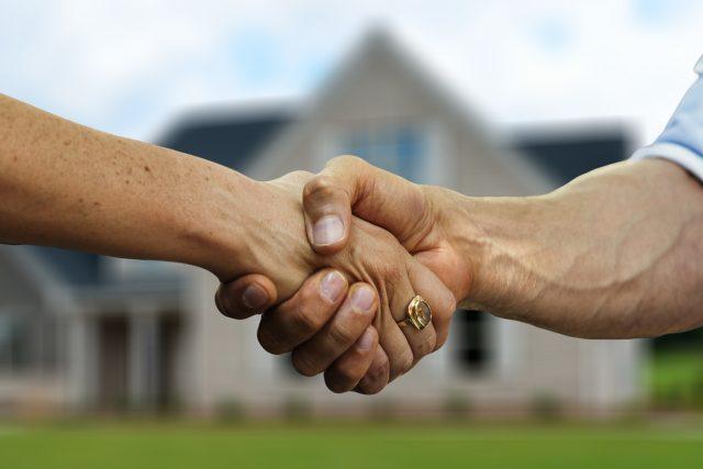 Realitní makléř, trh s nemovitostmi, nemovitost, bydlení (ilustrační foto)